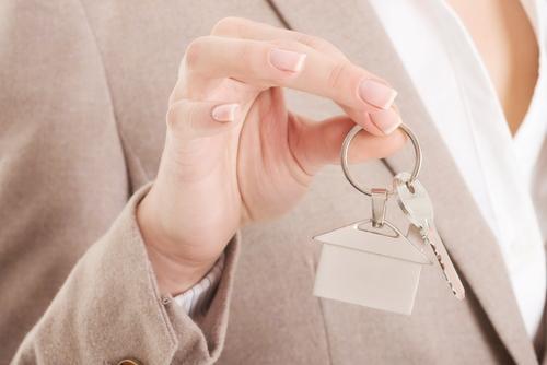 Какие особенности при покупке квартиры с прописанным человеком?
